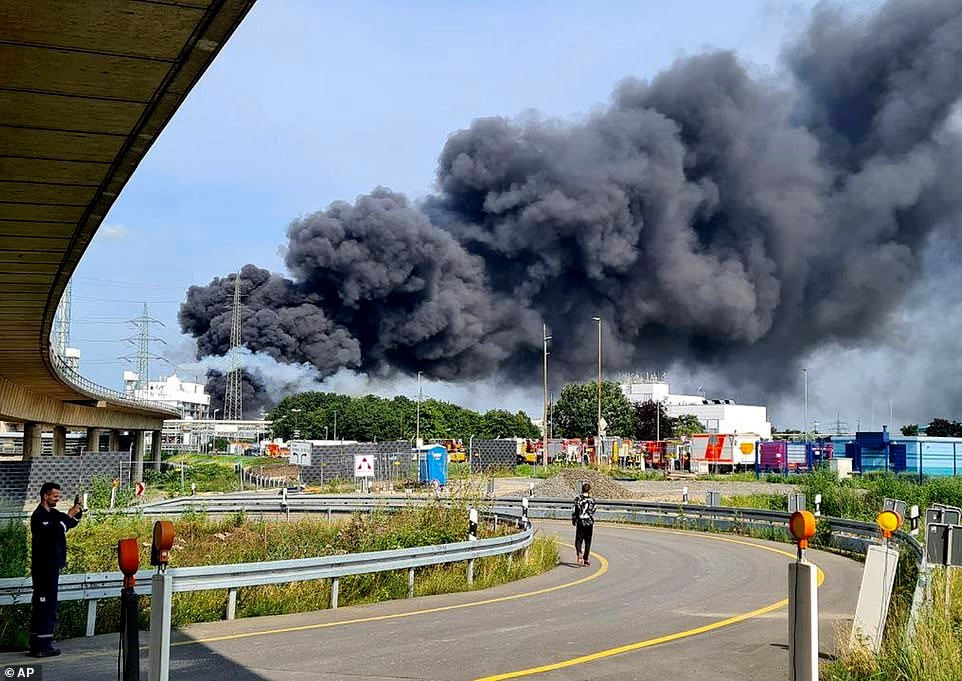 45942837 9829991 An explosion at a chemical park shook the German city of Leverku a 53 1627383043548